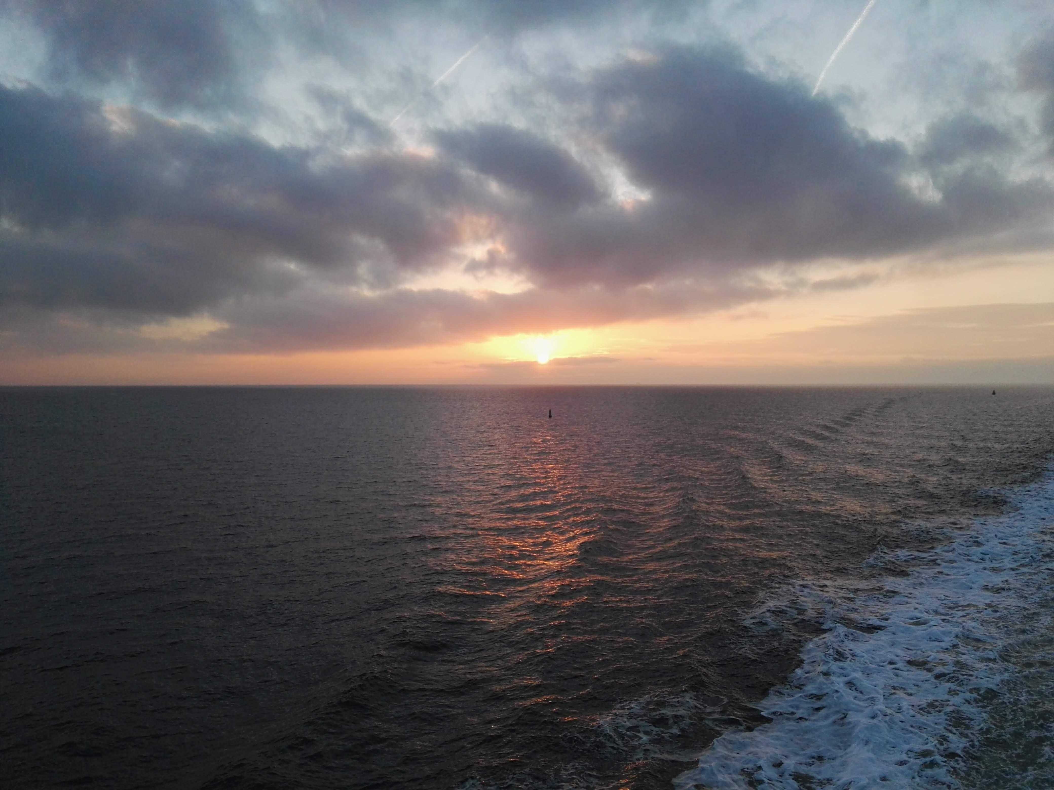 Zonsondergang op de boot terug